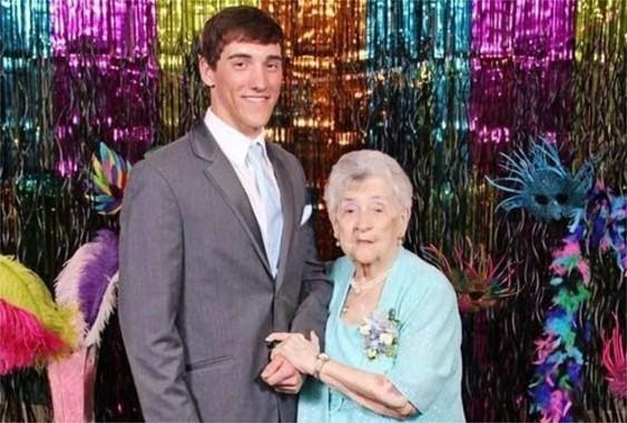 Il choisi sa grand-mère pour aller au bal de promo !
