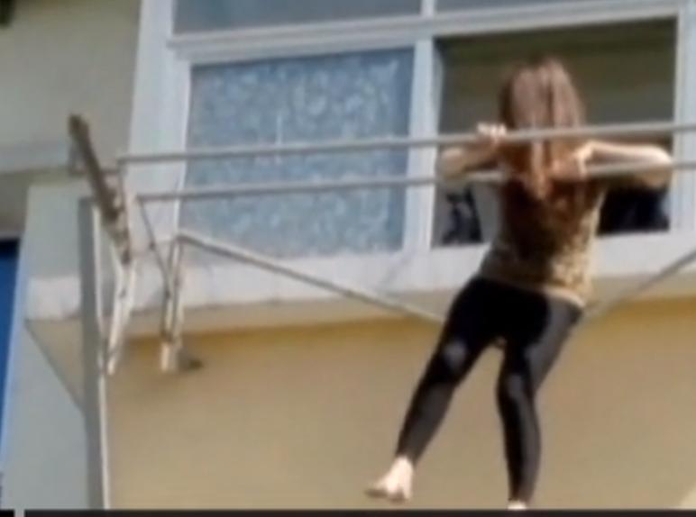 VIDEO : Ivre, elle se retrouve suspendue dans le vie
