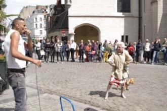 Une veille dame se laisse prendre au jeu d'un beatboxer et se déhanche comme jamais à Bruxelles !