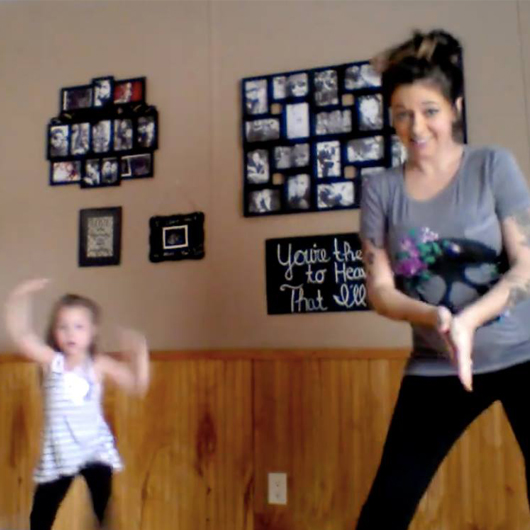 VIDEO – Une maman et sa fille dansent ensemble et font le buzz