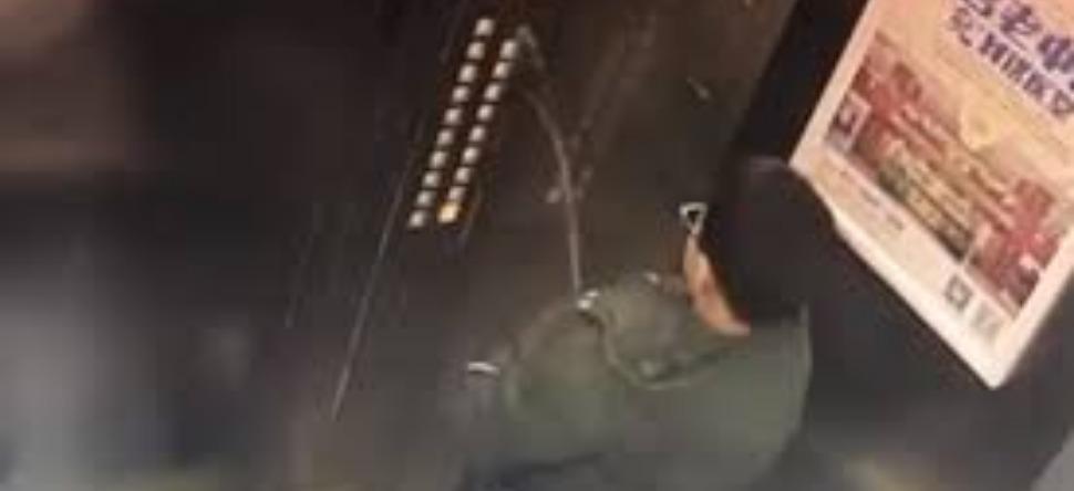 Il termine bloqué dans un ascenseur après avoir uriné sur les boutons ! (Vidéo)