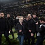 Enerve-au-plus-haut-point-le-president-du-PAOK-Salonique-rentre-sur-le-terrain-avec-un-gun