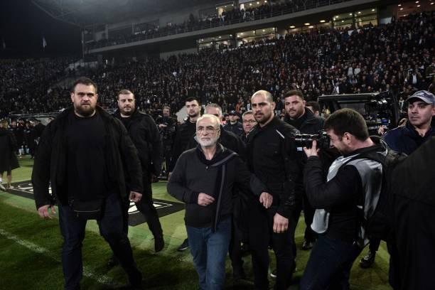Enervé au plus haut point, le président du PAOK Salonique rentre sur le terrain avec un pistolet !