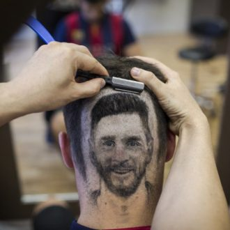 un-coiffeur-dessine-messi-et-ronaldo-sur-les-tetes-de-ses-clients