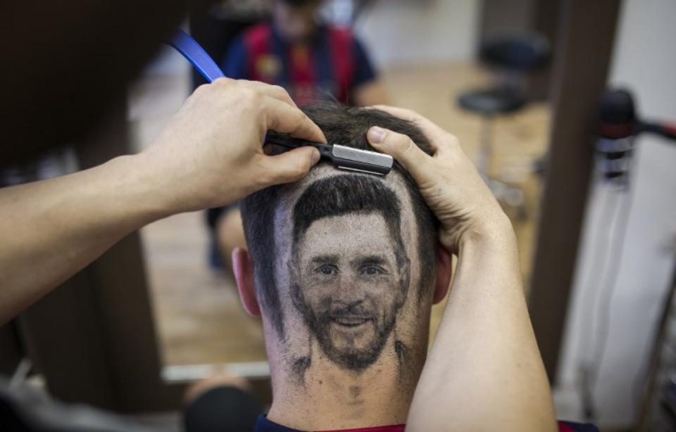 Un coiffeur dessine Messi et Ronaldo sur les têtes de ses clients !
