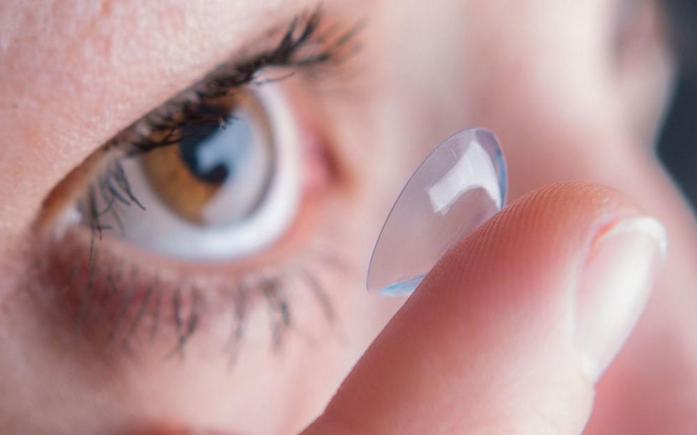 Une femme passe 28 ans de sa vie, avec une lentille coincée sous sa paupière !